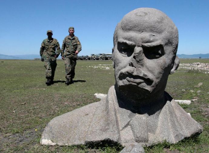 Una delle tante statue di Lenin abbattute