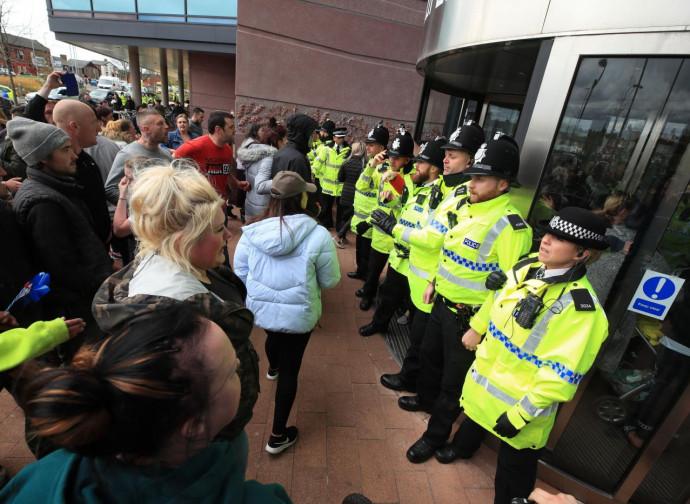 Liverpool, polizia schierata all'Alder Hey Hospital