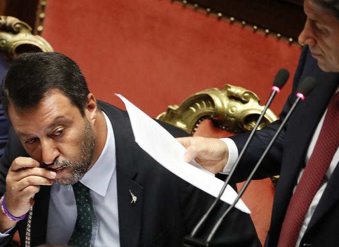 Salvini bacia il Rosario mentre parla Conte