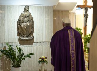 Papa in preghiera con un occhio all'Italia, di cui è Primate