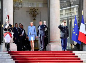 Macron seppellisce la Nato e si intesta l'elmo europeo