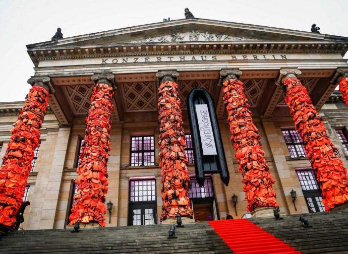 Giubbotti di salvataggio davanti a un palazzo tedesco