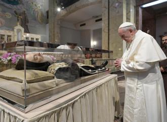 """Papa da Padre Pio, una """"catechesi"""" sul demonio"""