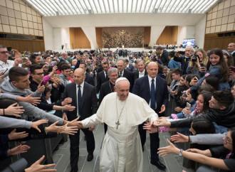 Il Papa superstar diventa fantasma se parla col Magistero