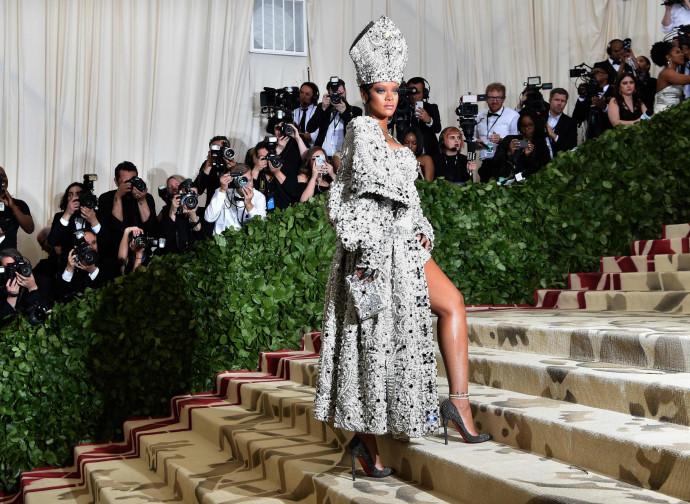 """Rhianna vestita da """"papessa"""""""