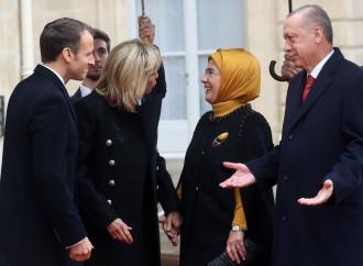 """Arrivano i turchi, avanza la """"Sottomissione"""" in Francia"""