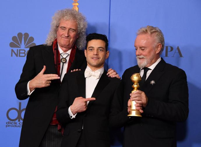 Brian May e Rami Malek posano con la statuetta del Golden Globe