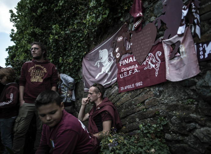 I tifosi del Torino ieri sul terrapieno in cui si schiantò l'aereo a Superga