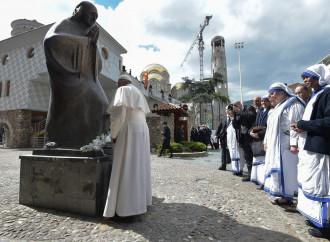 """Il Papa sul celibato: """"Preti casti e teneri, non """"zitelli"""""""