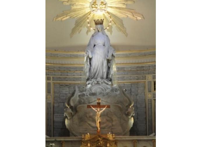 L'altare del Santuario di Nostra Signora della Medaglia Miracolosa di rue du Bac a Parigi