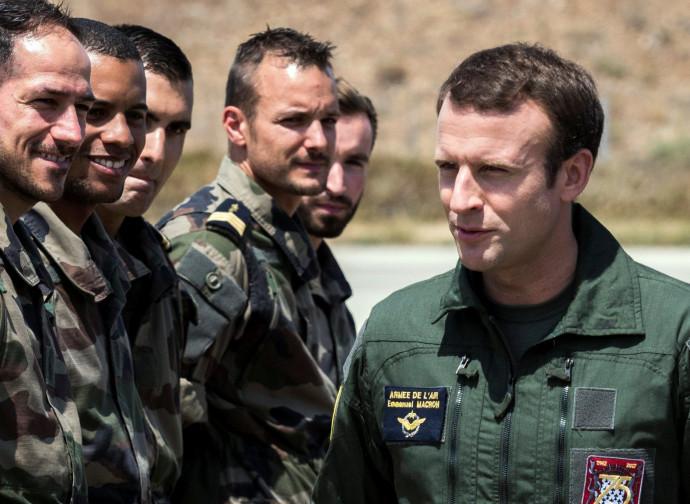 Macron ispezione le truppe