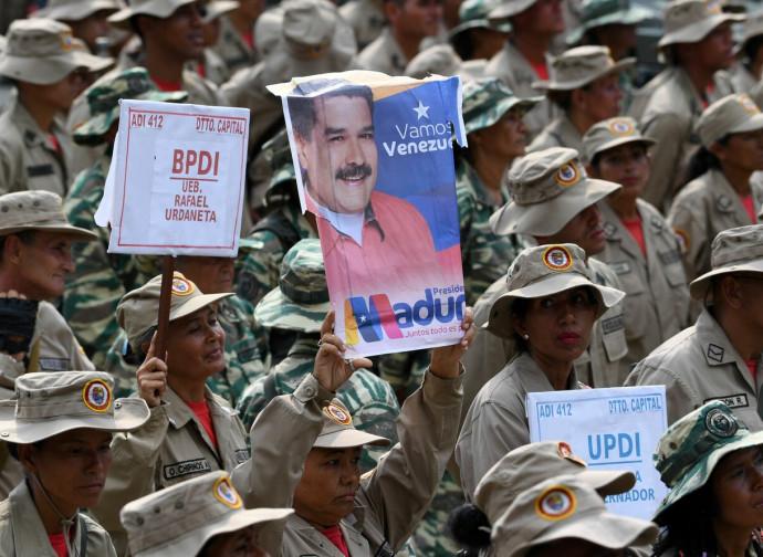 Maduro portato in trionfo dai paramilitari