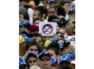 """Maduro """"recluta"""" il Papa, ma il paese sta scoppiando"""