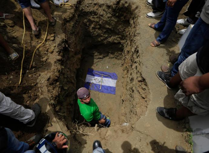 Managua, sepoltura degli studenti uccisi negli scontri