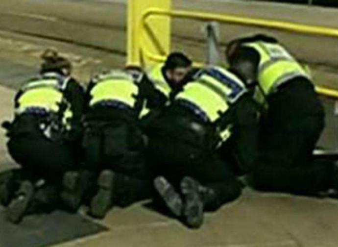 Manchester, primi soccorsi al poliziotto pugnalato