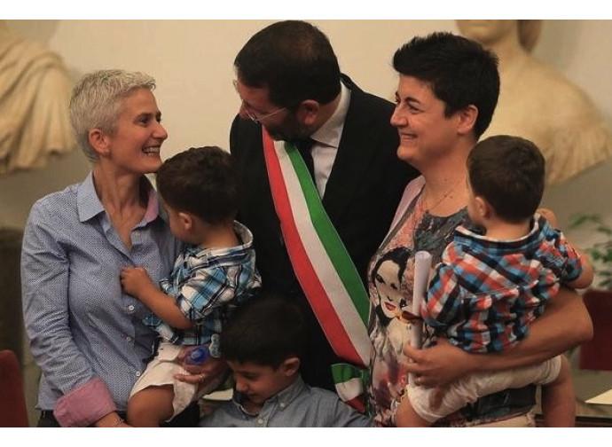 Il sindaco di Roma Ignazio Marino con una coppia lesbo
