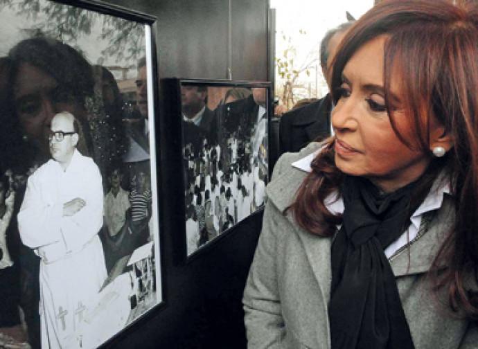 L'ex presidenta Cristina Kirchner davanti a una foto di Angelelli