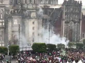 Femministe pro aborto danno fuoco al portale d'ingresso della cattedrale di Città del Messico