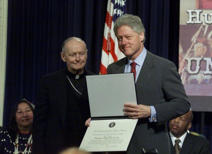 Bill Clinton premia l'allora vescovo McCarrick per la sua difesa dei diritti umani