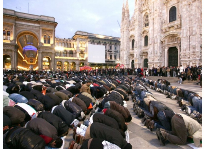 La preghiera collettiva dei musulmani in Piazza Duomo