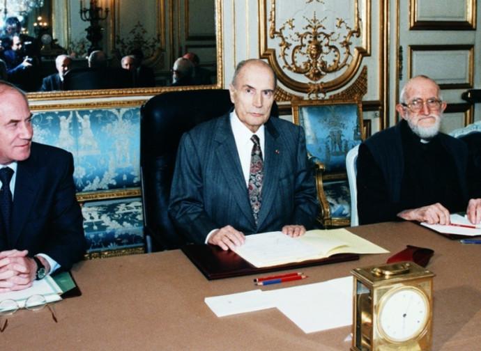 Il presidente Mitterrand con l'Abbé Pierre (a destra)