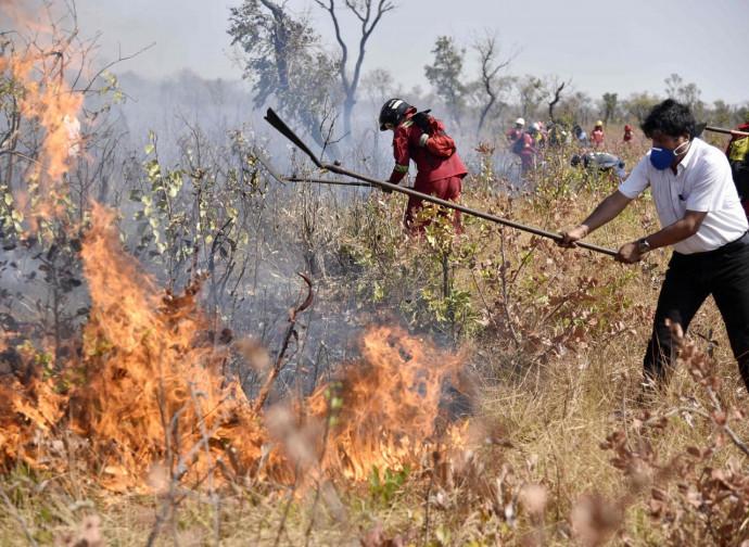 Propaganda: Morales fotografato mentre aiuta i vigili del fuoco a spegnere gli incendi