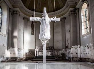 """Una mucca crocefissa in chiesa. E dicono che è """"arte"""""""