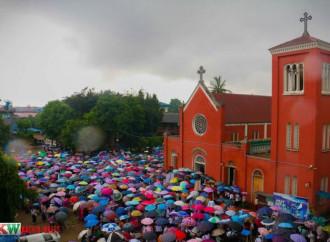 Una marcia di preghiera per gli sfollati Kachin ostaggio dell'esercito governativo