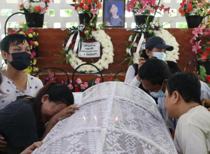 Myanmar, funerale di una delle vittime