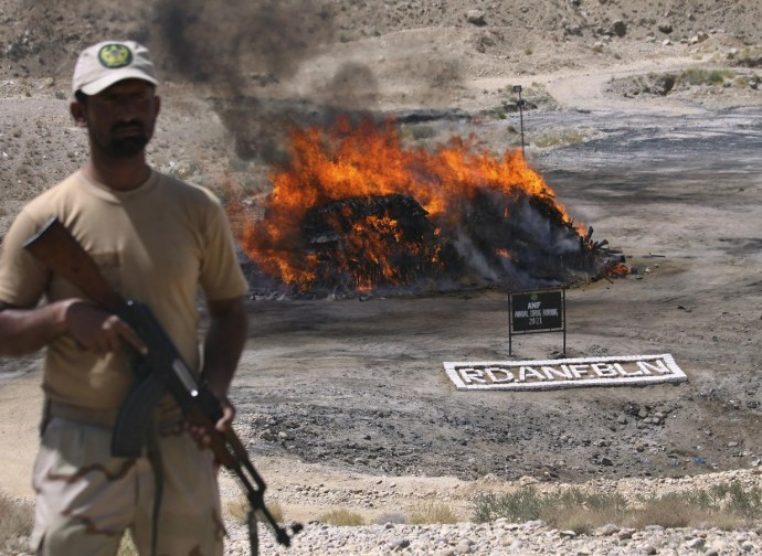 Pakistan, narcotici bruciati per stroncare il contrabbando