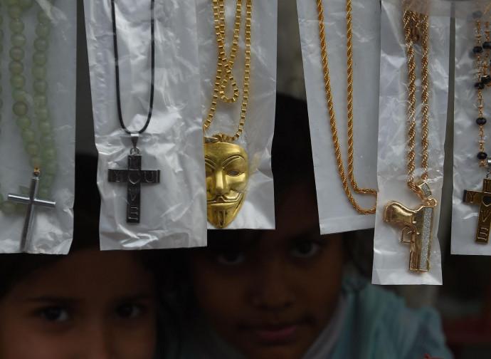 Collane e rosari in un negozio cristiano a Islamabad