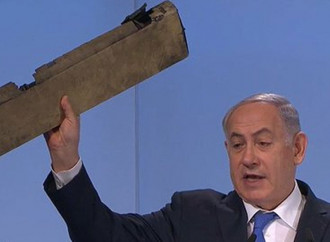 Netanyahu mostra, alla conferenza di Monaco, un pezzo del drone iraniano abbattuto