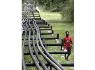 Il prezzo del petrolio cala, la povertà aumenta