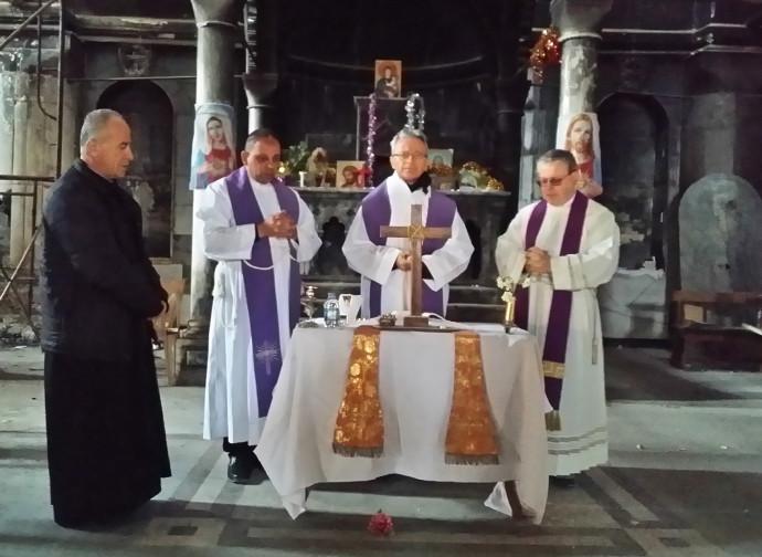 Marzo 2017: Cavina celebra messa nella chiesa devastata di Qaraqosh