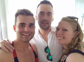 Una coppia gay si fidanza con una donna