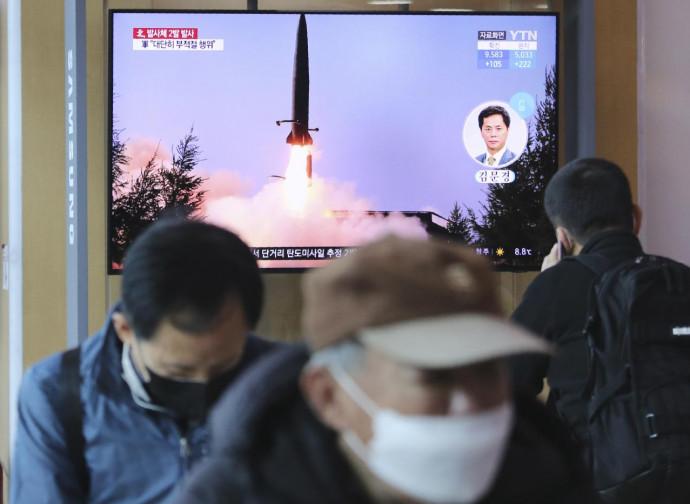 Sudcoreani assistono alle notizie dei test nordcoreani