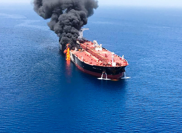 La petroliera Front Altair colpita da un siluro