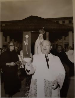 https://lanuovabq.it/storage/imgs/originals/rettore-del-santuario-di-fatima-mostra-rosa-d-oro-donata-da-paolo-e-gruppo-di-brescia-cerimonia-14-set-1965-medium.png