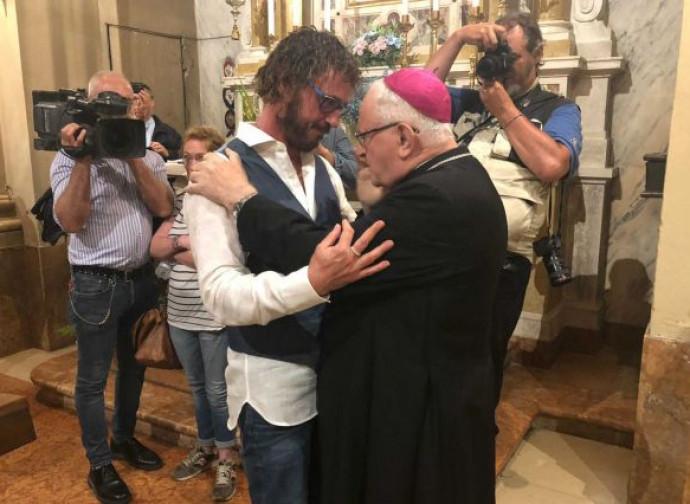 L'abbraccio tra don Giuliano e il suo vescovo Zenti