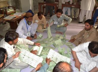 Pakistan, elezioni storiche segnate da brogli e attentati