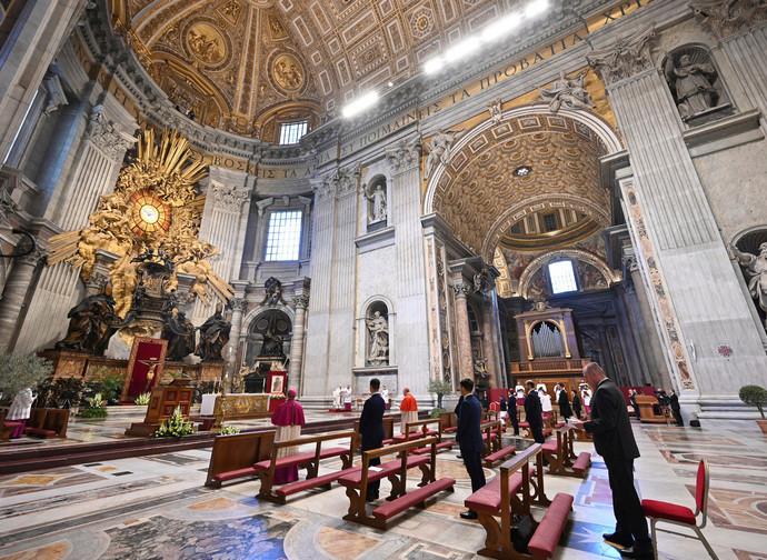 Messa con popolo in San Pietro