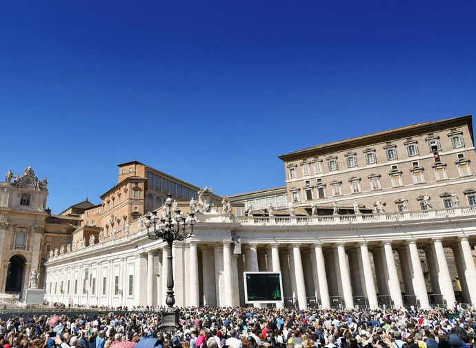 Piazza san Pietro durante l'Angelus del Papa