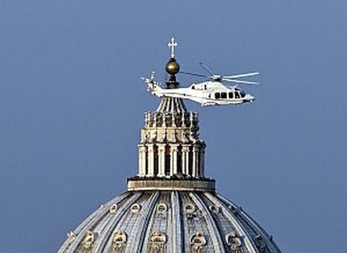 L'elicottero con papa Benedetto che lascia il Vaticano il 28 febbraio 2013