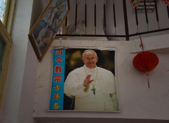 Poster del Papa in una chiesa dello Henan