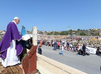 Il Papa in San Pietro parla dei migranti. E non delle Ong