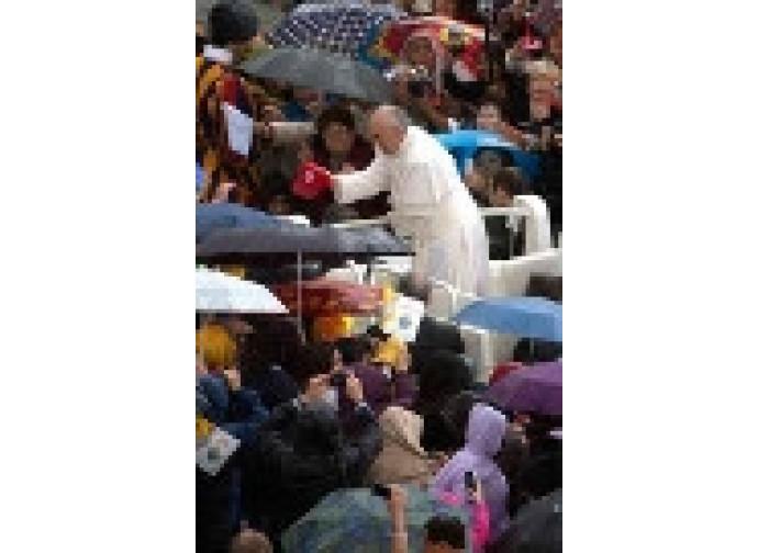 Papa Francesco nella folla