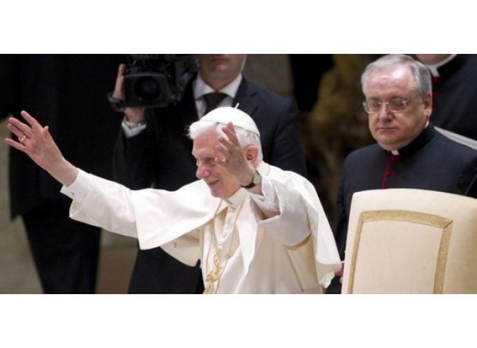 Il papa saluta i fedeli all'udienza generale