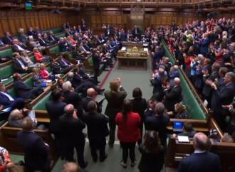 Regno Unito, il Parlamento chiude con la Brexit in sospeso