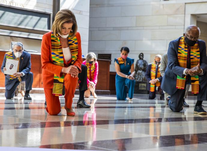 Nancy Pelosi con la stola kente