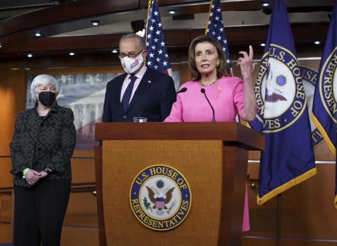 Nancy Pelosi, con Chuck Schumer e Janet Yellen